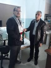 Recibiendo del doctor y director del hospital Balsam de Rashidiyeh una kufiya